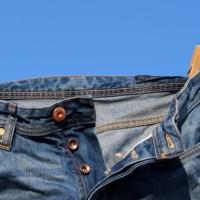 Jeans – skąd się wziął i kto zajmuje się jego produkcją?